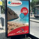 het nieuwe logo van Corendon op een reclameposter in een bushokje